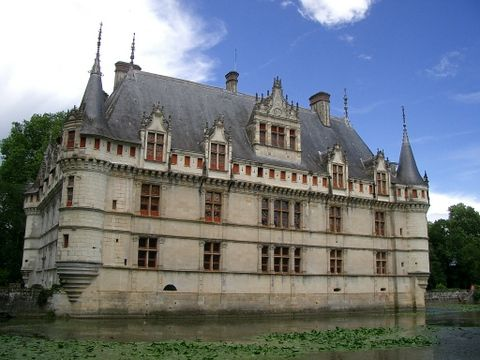 The Loire is celebrated for its great châteaux. You can visit most of these based in Chinon where French Cottages has two lovely rental properties