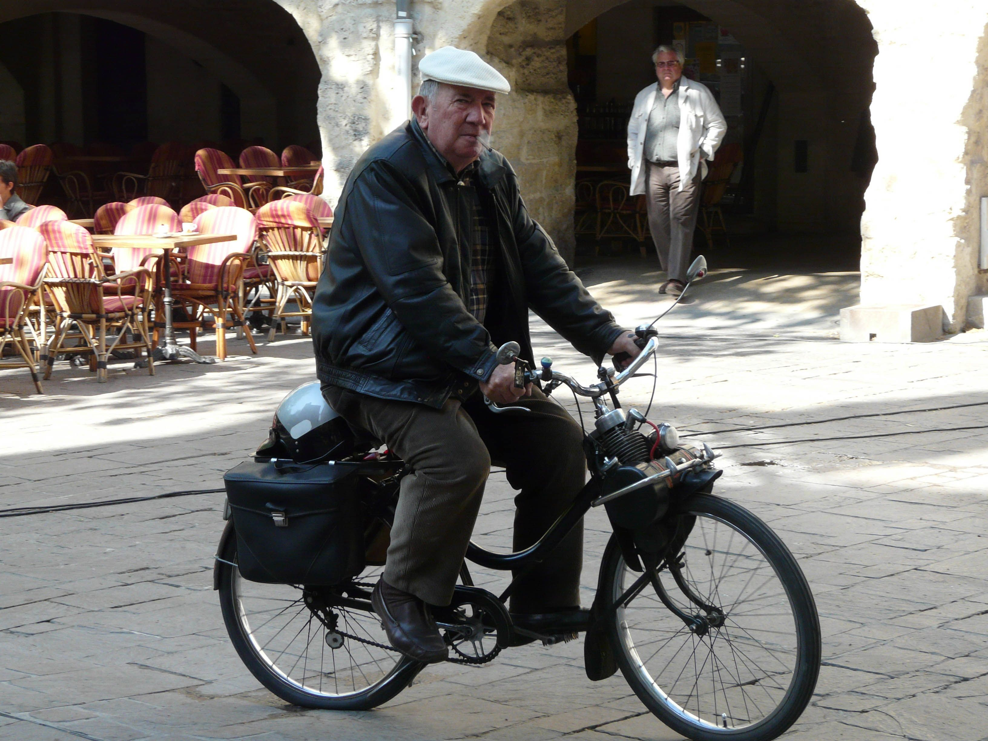 Frenchman riding his bicycle with his beret and baguette is something you still often see in our French Cottages villages